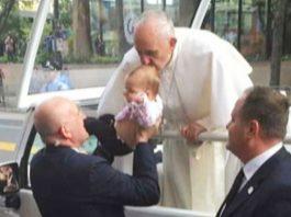 Папа Римский целует их ребёнка в макушку. Через 2 месяца родители становятся свидетелями чуда!