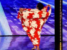 70-летняя женщина вышла на сцену и разделась. Никто и не догадывался, что она будет такое вытворять!