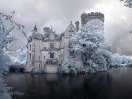 Мистический замок стоит заброшенным с 1932 года. Только посмотрите, что скрывается за его стенами!
