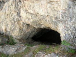 Отшельник уже на протяжении 25 лет проживает с собакой в пещере. Все, кто попадает в пещеры, теряет дар речи…