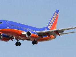 Пилот развернул самолет, а одну из пассажирок попросили покинуть борт