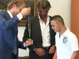 Подросток с синдромом Дауна спас тонущих девочек и получил медаль за отвагу