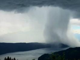 ″Небо упало на землю″: Тонны воды падают в озеро как будто это цунами