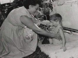 Эта женщина укладывала в гробы живых детей. Она записывала для себя имя каждого ребёнка
