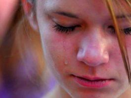 В школе парень унизил девушку 15 лет, сорвав с нее бюстгальтер. Вот как поступила мама девочки…