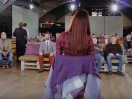 Девушку посадили в комнату, заполненную мужчинами. Интереснейший социальный эксперимент, который покажет правду!