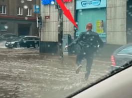Парень выбежал из машины в сильный ливень, чтобы совершить поступок, на которые другие не решились