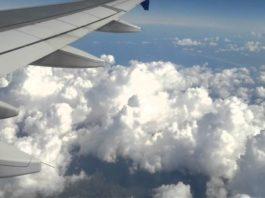 Пассажиры самолета сфотографировали человека, идущего по облакам