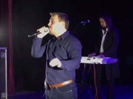 На концерте в России певец начал петь украинскую песню. Посмотрите на реакцию зала