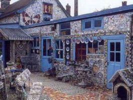 Дом Разбитой Посуды. Здесь всё состоит из осколков – вплоть до будки, и лестницы, на чердак