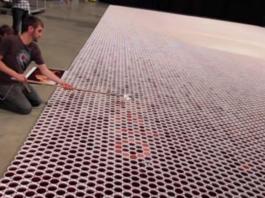 Он поставил 66 000 стаканчиков с водой на пол. Вы потеряете дар речи, когда увидите, что получилось в итоге