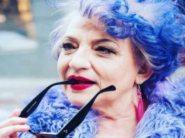 80-летняя старушка с синими волосами сидела у нотариуса и болтала ногами