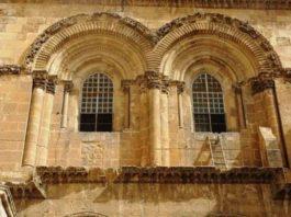 Уже более 250 лет никто не может убрать лестницу из Храма Гроба Господня