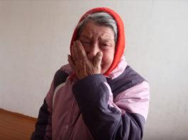 Парень щедро помогает старикам и бездомным и снимает это на видео